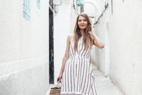 Valkoinen kesämekko Tunisian kujilla